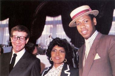 Eunice Johnson con Yves Saint Laurent y Andre Lean Talley en París.