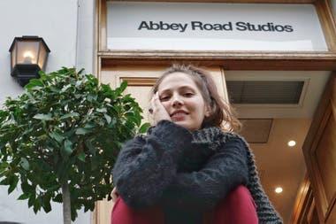 Feli Colina dejó su Salta natal por Buenos Aires, empezó a cantar en el subte y ganó el concurso que la llevó a grabar su disco en Londres, en los míticos estudios Abbey Road donde grababan los Beatles
