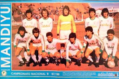 Una formación de Mandiyú en la temporada en que logró el ascenso, 1987/1988; en los noventas, el club correntino contaría con dos ex campeones y dos ex subcampeones mundiales: Julio Olarticoechea, Carlos Tapia, Sergio Goycochea y José Basualdo.