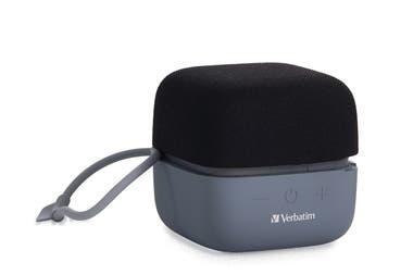 Compacto y sonoro. El pequeño altavoz Bluetooth Cube, de Verbatim ofrece sonido estéreo TWS y puede sincronizarse con un segundo altavoz. Este dispositivo compacto no sólo permite escuchar música, sino también mantener llamadas manos libres con sólo tocar un botón, gracias al micrófono que viene inc