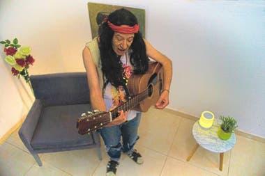 Peluca, musculosa, collares, guitarra, el estilismo que le da identidad a Paolo
