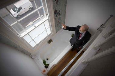 En el segundo piso hay un baño y una ducha y en el tercero se encuentra la habitación principal, a la que se accede por una escotilla para ganar espacio.