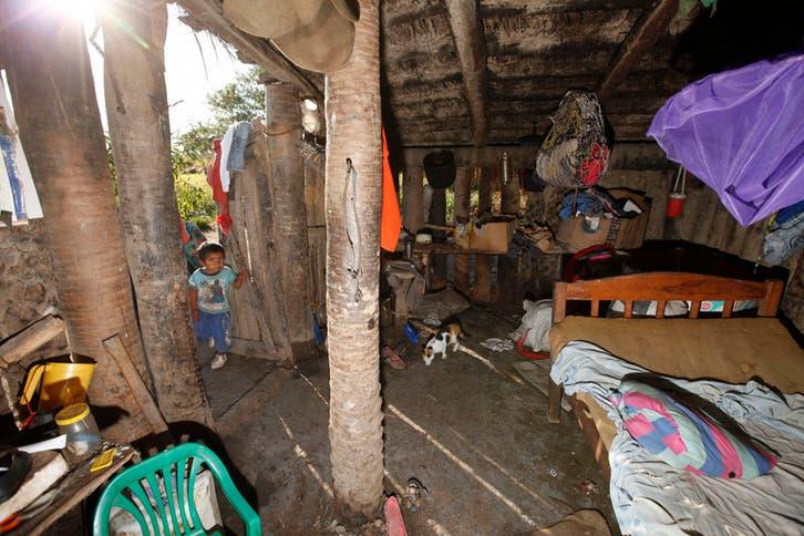 Los tobas de la colonia La Primavera acamparon en la 9 de Julio reclamando sus tierras en Formosa, viven sin agua potable y sus casas son de paja y barro