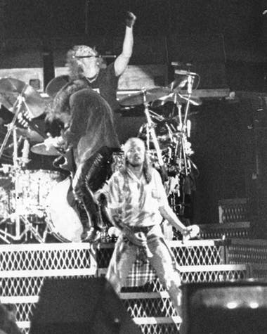 Axl Rose, Slash y Matt Sorum en el fondo.
