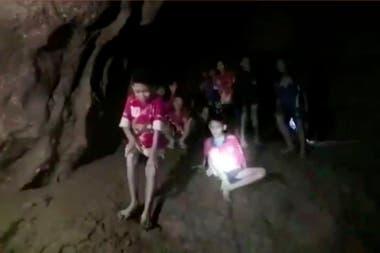 Enocontraron a los niños desaparecidos en el complejo de Tham Luang en Tailandia