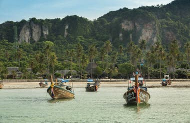 Long tails boats, en Phi Phi Island Village.