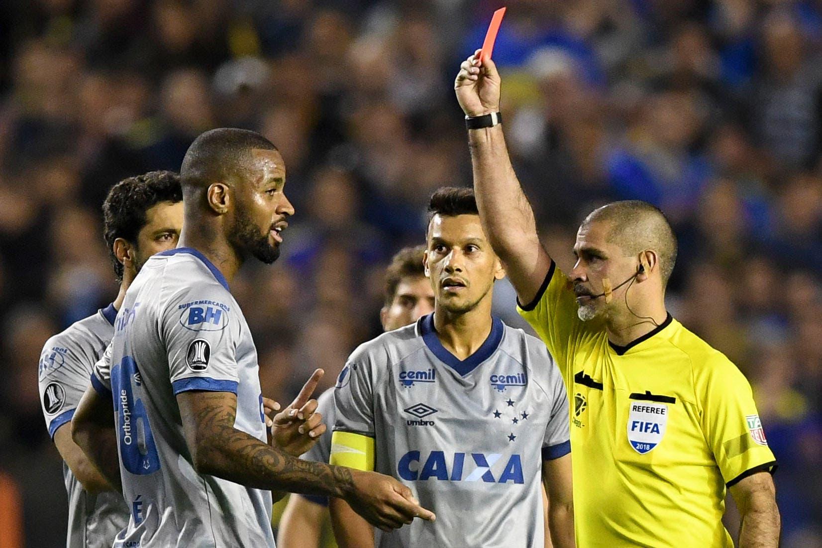 """Cruzeiro estalló por la expulsión de un jugador: """"Una de las más equivocadas decisiones en la historia del fútbol"""""""