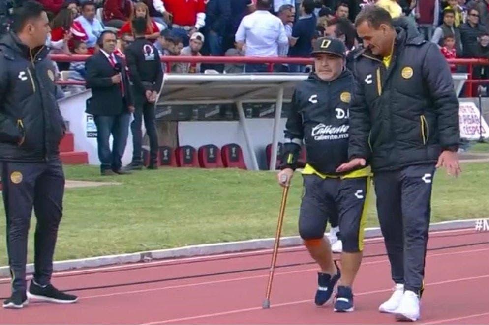 Diego Maradona sufre por sus rodillas, pero festeja a lo grande con Dorados en la segunda división de México