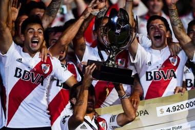 Los jugadores de River Plate con la Supercopa Argentina, trofeo que conquistaron luego de vencer 2-0 a su clásico rival Boca Juniors, el 14 de marzo de 2018