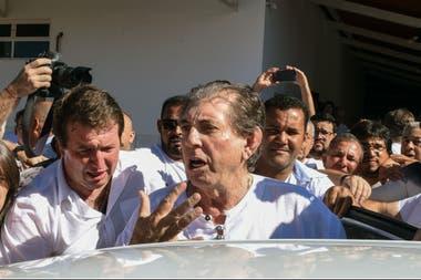 """El curandero Joao Teixeira de Faria es escoltado hoy por sus partidarios, al llegar a su """"centro de curación"""" en Abadiania, en el estado de Goiás"""