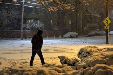 Un hombre camina a través de la nieve durante una tormenta el 9 de febrero de 2019 en Seattle, Washington