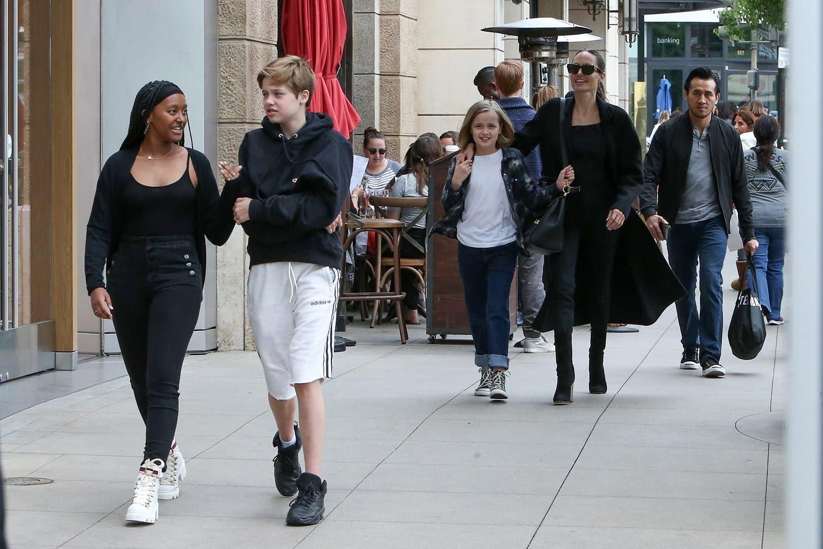 Jolie, de paseo por Los Angeles con sus hijos Zahara, Shiloh y Vivienne