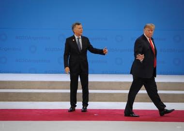 30 de noviembre de 2018. El presidente Mauricio Macri intenta detener al presidente Donald Trump luego del saludo protocolar durante la Cumbre del G-20