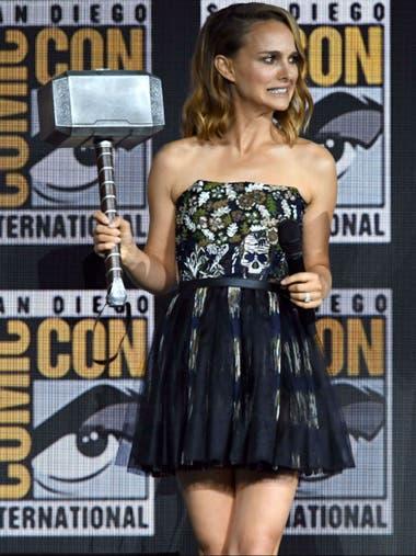 Natalie con el martillo emblemático en la Comic Con de San Diego