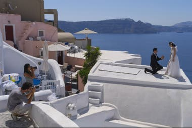 Lin y Huang recrearon su propuesta de matrimonio durante una sesión de fotos en Santorini