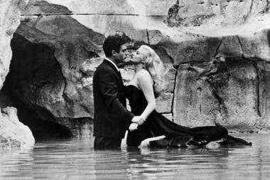 Marcello Mastroianni y Anita Ekberg en la célebre escena de la fuente en el clásico de Fellini, que la semana próxima regresa a los cines porteños en copia remasterizada