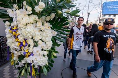 Flores, camisetas y remeras fueron una constante en el triste lunes de Los Ángeles.