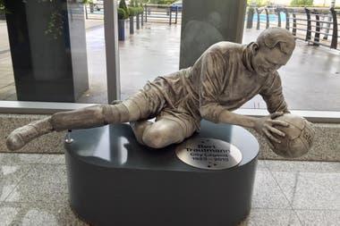 """La estatua de """"Bert"""" Trautmann en la sede de Manchester City"""