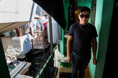 Carlos Rivas Gonzlez tiene 24 aos vive en el bajo autopista en la Villa 31