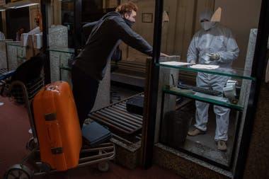 Las medidas de control son extremas, sobre todo para evitar un brote de contagios en Uruguay, que tiene pocos casos registrados