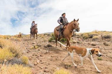 Don Hugo Bravo, encargado de ganadería de la estancia, de recorrida con Lorena Nicolás Creide.