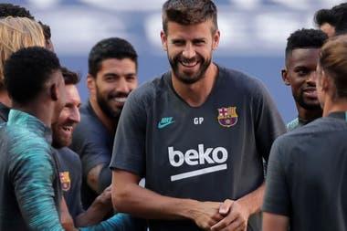 Un momento de distensión en el entrenamiento de Barcelona, encabezado por Piqué