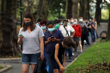 Las personas se alinean para hacerse una prueba de Covid-19 en el vecindario de Sunset Park, que ha experimentado un aumento en los casos de coronavirus en los últimos días, el 13 de agosto de 2020 en la ciudad de Nueva York