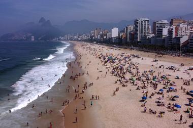 Vista aérea de las personas disfrutando de la playa de Ipanema en Río de Janeiro, Brasil, el 6 de septiembre de 2020, en medio de la pandemia de coronavirus