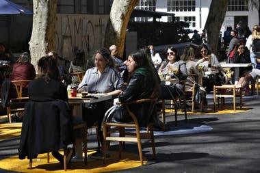Según los vecinos la reciente peatonalización de la calle Nicaragua entre la avenida Dorrego y Arévalo marcó un cambio radical en el cumplimiento de las normas de distanciamiento