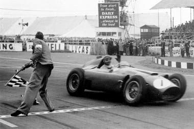 Uno de los tres triunfos de Fangio a bordo de un Ferrari, en el Gran Premio de Gran Bretaña de 1956; el balcarceño fue campeón ese año, pero su única temporada no se le dio cómoda en Ferrari y el quíntuple se fue a Maserati e 1957.