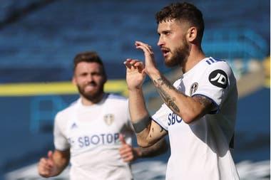Mateusz Klich del Leeds United celebra su segundo gol desde la piscina de penal