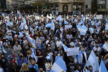 La gente participa en la lucha contra el gobierno del presidente argentino Alberto Fernández a Obelis el 12 de octubre de 2020