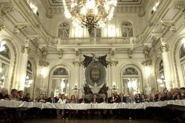 Eduardo Duhalde preside la Mesa de la Concertación en la Casa Rosada, en diciembre de 2002