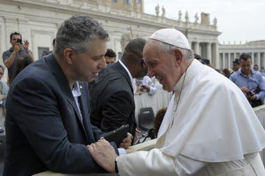 El Papa, cuando saludó tiempo atrás al final de una audiencia al director del nuevo documental, el cineasta ruso nominado al Oscar, Evgeny Afineevsky