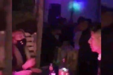 La Policía incautó equipos de audio y cientos de litros de alcohol