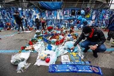 Y en Nápoles también... Banderas y varios objetos de homenaje a Maradona, en el estadio que ahora lleva su nombre