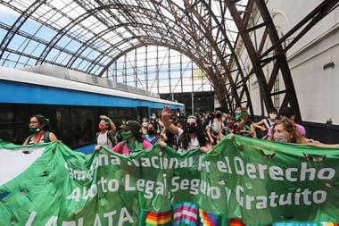 """El """"tren verde"""" que llegó desde La Plata a Constitución"""