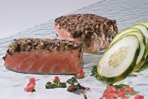 Lomitos de salmón con semillas y ensalada de pepinos