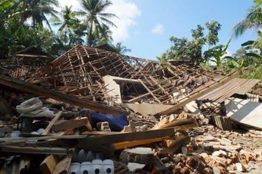 Las labores de rescate se complican por la caída de puentes y carreteras bloqueadas por escombro