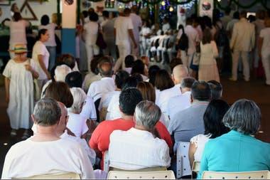 """Los seguidores del curandero brasileño Joao Teixeira de Faria esperan hoy su turno para ser atendidos, en su """"centro de curación"""", 120 km al suroeste de Brasilia"""
