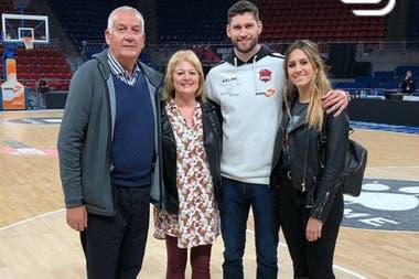 Garino, con sus padres y su pareja, Paula