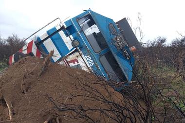 Las vías se vieron dañadas y los operarios trabajaran durante varios días para restablecer la línea de transporte