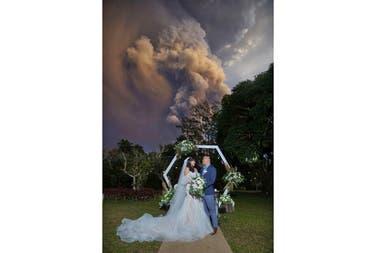 Una pareja se casa mientras el volcán Taal hace erupción en Cavite, Filipinas