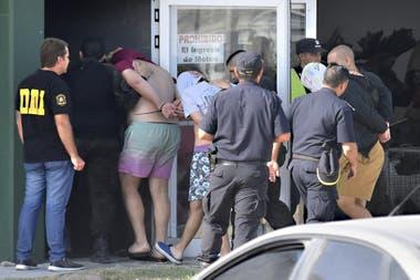 Los acusados del crimen de Fernando Báez Sosa entrando a la rueda de reconocimiento