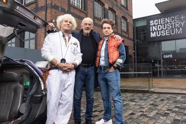 """Dos generaciones se juntan para promocionar el musical. De izquierda a derecha: Roger Bart (""""Doc"""" Emmett Brown), Christopher Lloyd (""""Doc"""" Emmett Brown en la trilogía cinematográfica) y Olly Dobson (Marty McFly)"""