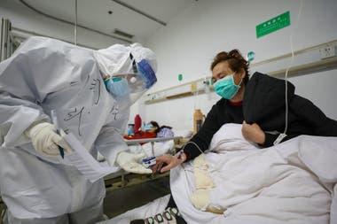 Los centros de salud en Wuhan se han visto desbordados por la cantidad creciente de pacientes