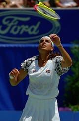 30) La raqueta en el aire, la mirada seria de Gaby. Una imagen de enero de 1996, en Australia, en el penúltimo Grand Slam de su carrera (el último fue el US Open de ese año).
