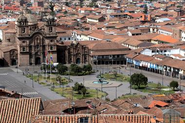 Vista de la plaza principal vacía en Cuzco, Perú, el 24 de junio de 2020, en plena pandemia de coronavirus