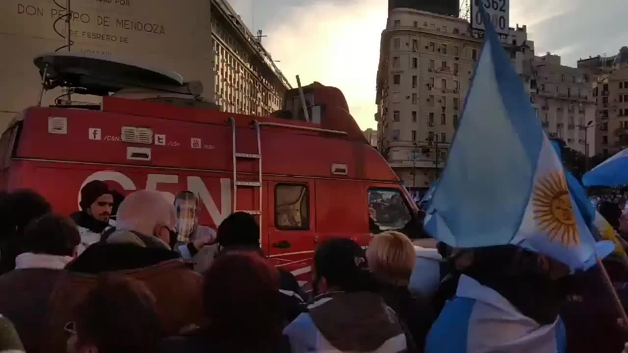 Banderazo: agresión contra un móvil de C5N durante la manifestación en el Obelisco