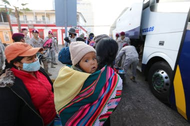 Miles de bolivianos debieron retornar desde los países fronterizos, después de perder sus empleos principalmente en la agricultura. Crédito: La Estrella de Iquique